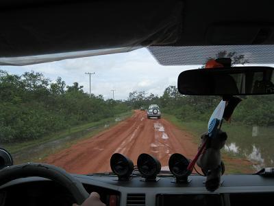 村へ行く赤土の道s
