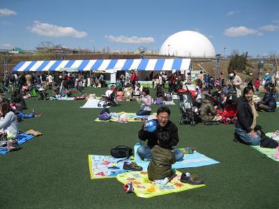 楽しそうな親子が遊ぶ大芝生広場