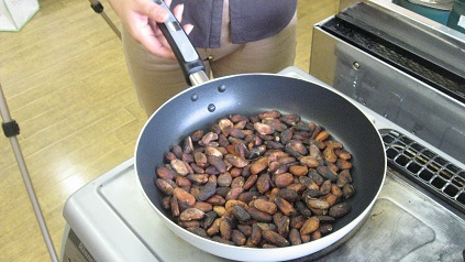 カカオ豆を煎る