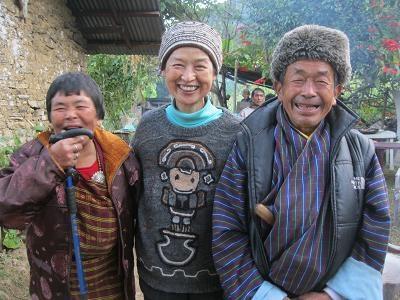 2012年11月チモン村にてペマさんのアパとアマと