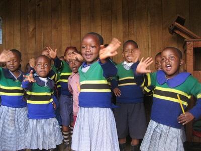 タンザニアの国旗が制服の幼稚園